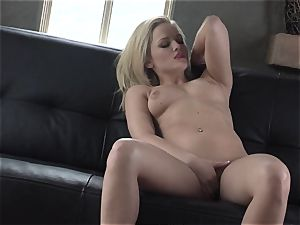 Alexis Texas enjoys thumping her fingers in and out of her lubricious cootchie