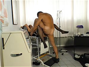 xxx Omas - Mature German pulverized by doctor in his office