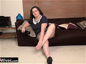 USA Wives old plus-size fucks her own vulva