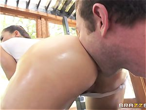 London Keyes oily drill in a gym